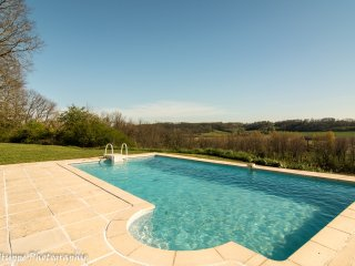 Private & spacious 4 bed, sleeps 9. Private pool, pool table, 180° stunning view