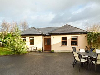 5 KILNAMANAGH MANOR, pet-friendly cottage with WiFi, ground floor