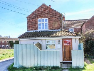 2 LOCK COTTAGES, one bedroom, pet-friendly, nr Stalham, Ref 914371