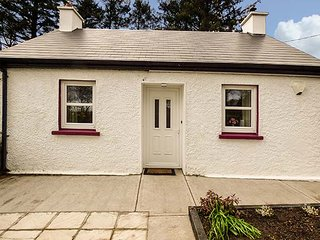 CARRAGANES, ground floor cottage, WiFi, woodburner, patio, near Ballydesmond, Mallow