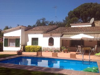 "Pretty and cosy villa with private pool, 4 km""s from beaches, 6-7 persons"