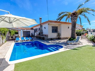 Catalunya Casas: Enjoyable villa in Miami Platja for 10 guests, walk to the beac