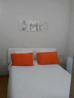 Habitación con cama grande.