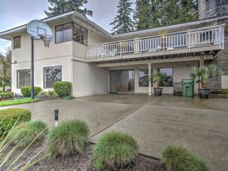 Mercer Island House w/ Deck & Splendid Lake Views!