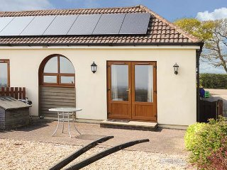 2 THE STABLES, pet friendly, country holiday cottage, with a garden in Ryde