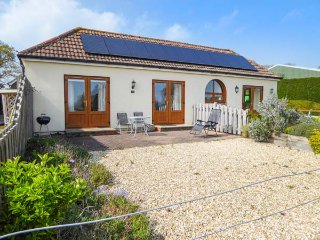 3 THE STABLES, country holiday cottage, with a garden in Ryde, Isle Of Wight, Re