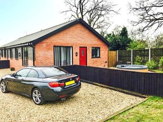 SYCAMORE COTTAGE, all ground floor, hot tub, WiFi, near Poulton-le-Fylde, Ref 948482
