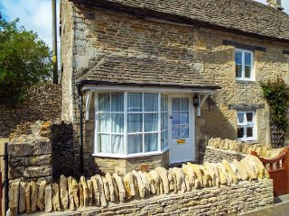 MEADOW COTTAGE stone-built cottage, romantic retreat, close to walks and AONB