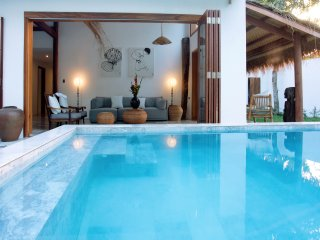 The Chi Villa. Luxe private Villa with swimming pool. 1 minute walk to the beach