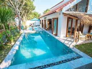 The Chi Villa. Luxe private Villa with swimming pool. 1 minute walk to the beach