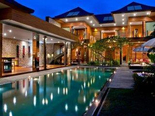 Beautifull Art Villa 4 BR Near Seminyak Beach