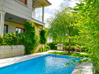 Beautiful house with pool in a quite place close to Areas Beach, Sear