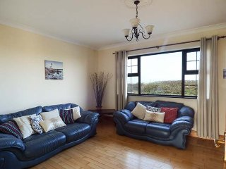 FLYNNS HOLIDAY COTTAGE, pet-friendly, lawned garden, sea views, Quilty, Ref