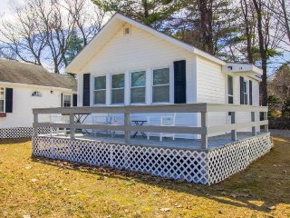 Quaint home w/ shared pool & private deck - walk to Footbridge Beach!