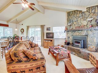 Cozy home in the woods w/ deck, shared pool, tennis - near golf & lake