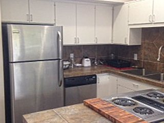 Lovely East Side 2 Bedroom / 2 Bath Apartment!