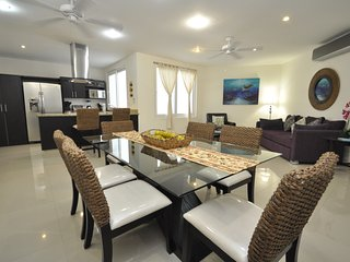 Amalfi 206 Modern - Two Bed, Three Bath - roof-top pool close to all