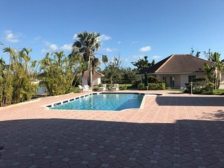 Fantastic cottage right on the water. On a park-like mansion estate, Freeport