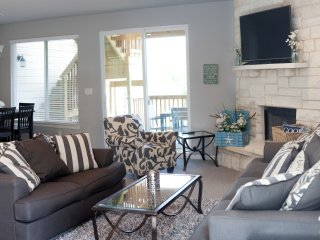 Luxury Waterfront Retreat on Lake Travis -3 BR/3 BA-Sleeps 12!
