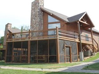 Luxury Lakefront Log Chalet~50ft to Lake~Boat Slips-New Mini Golf~2 Luxury Pools, Lampe