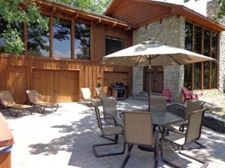 Luxury Lakefront Cabin-Hot Tub-Pool Table~Fireplace~Free Canoe-Wifi-Fire Pit!