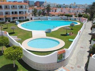 Pueblo Andaluz cerca a la playa, piscina , cancha de futbol y basketbol