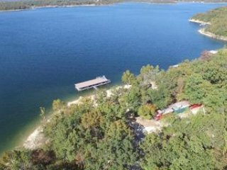 Lakefront Resort~Luxury Home and Cabooses! Private Dock~Family Reunion Paradise!, Lampe