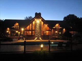 Huge Luxury Lakefront Lodge-Hot Tub~Private Pool~Fireplace~Arcade Room~, Kimberling City