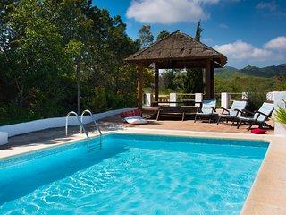 7 dormitorios y 5 baños con piscina ideal para reuniones familiares.