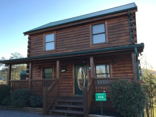 Bears  Den Cabin - A Luxurious 4 Bedroom Cabin