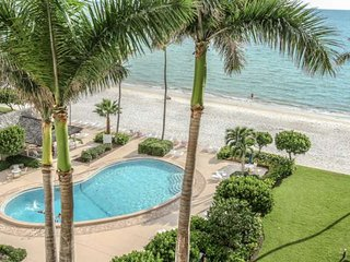 Naples Continental Club-Luxuriously Renovated Beach Front 8th/Top Floor