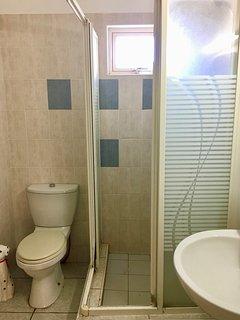 Salle de bain : douche, lavabo et WC