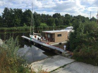 Hausboot HT 5 in idyllischer Lage mit Kaminofen und Terrasse