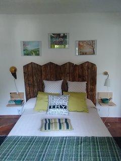 Habitación principal con cama de 135 cms
