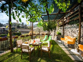 Villa Laura, amazing breakfast included , exclusive use of entire home, Montepertuso