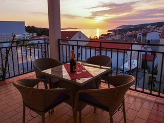 Spacious SEA view apartment, BEACH 5 min, Hvar