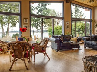 LOVELY LARGE WATERFRONT HOME, BEST VIEW,  BEACH WALKS TO RESTAURANTS & PARK