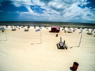 Beach Condo 86. Walk to the beach, Restaurants. POOL!, Biloxi