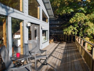 Bluff Cabin Over Beaver Lake -- Upscale, Modern Luxury, Eureka Springs