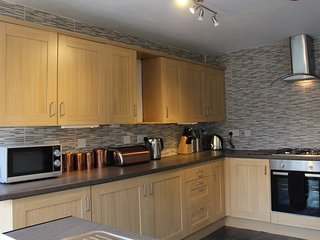 3 star house, ensuite bedrooms, Cardiff 15 mins by train., Caerphilly