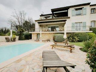 Agréable villa avec piscine et jardin à Valbonne