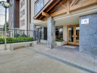 Contemporary lake-view condo with fitness center & shared outdoor area