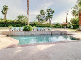 Luxury home w/ pool, hot tub & putting green - walk to El Paseo, 1 dog OK!