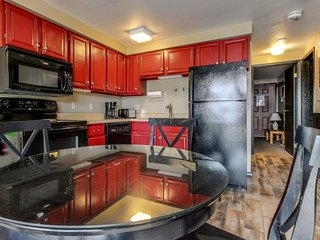Modern condo close to base area, pool/hot tub access, great view of the mountain