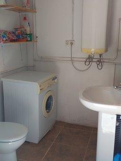 Aseo en planta baja, con lavadora y termo del agua caliente