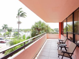 Beautiful vacation rental apt. w/ beach access located in the heart of Miami!