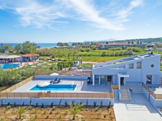 New Modern Beach Villa with private pool , No car needed, BlueOysterBeach 3, Rethymnon