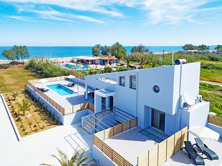 New Modern Beachfront Villa with private pool , No car needed, BlueOysterBeach1, Rethymnon
