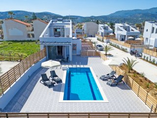 New Modern Beach Villa with private pool,Next to all amenities,BlueOysterBeach5, Rethymnon
