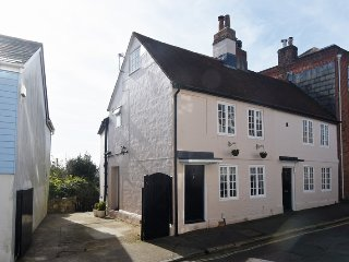 Three bedroom Georgian Cottage Cowes Old Town with parking and garden